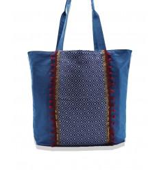 Sac Saint Tropez couleur bleu denim avec motifs en chevron bleu et pompons rouge